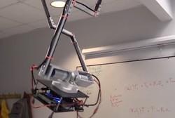 روبوت يلعب كرة الطاولة