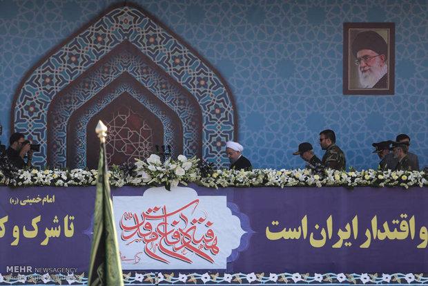 Karelerle İran Silahlı kuvvetleri'nden askeri geçit töreni