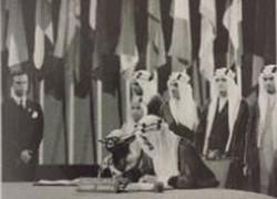 ضجة في السعودية بسبب ظهور كائن فضائي بجوار الملك فيصل