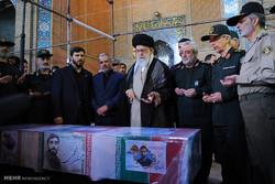 قائد الثورة الاسلامية يقرأ الفاتحة على جثمان الشهيد حججي /صور