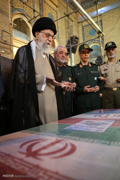 قائد الثورة الاسلامية يقرأ الفاتحة على جثمان االشهيد حججي