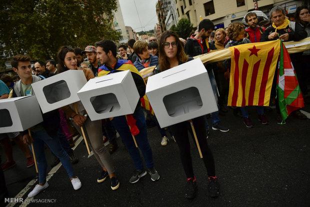 تظاهرات مخالفان و موافقتان جدایی در کاتالونیا