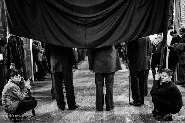 علمداران دسته های عزاداری در بازار تبریزإحياء ذكرى أربعين الإمام الحسين (ع) بسوق مدينة تبريز التاريخي