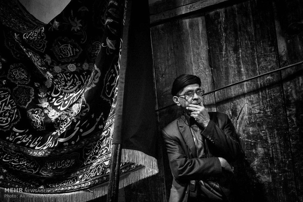 علمداران دسته های عزاداری در بازار تبریز