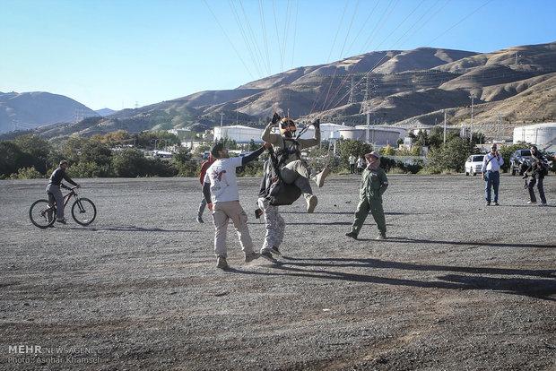 استعراض جوي للناشطين في مجال الرياضةالجوية من الشرطة الأيرنية