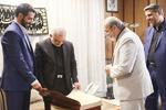 اهدای کتاب نفیس قرآنطباخ به استانداری قم توسط بانکپاسارگاد