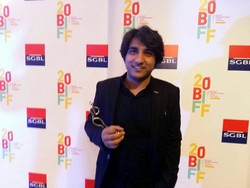 """Iranian director Karim Lakzadeh poses after accepting the best short film award for his """"A Girl in the Room"""" at the Beirut International Film Festival in the Lebanese capital on October 12, 2017."""