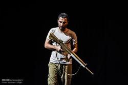 """""""همسات خلف الخطوط الامامية"""" مسرحية تعود بالمشاهد إلى فترة الحرب الايرانية-العراقية / صور"""