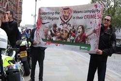"""ناشطون يعترضون الجبير وقرقاش وسط هتافات """"قاتل"""" في لندن"""