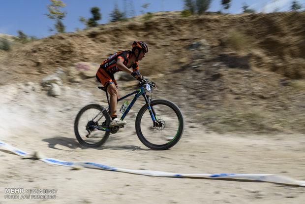 İran'ın dağ bisikletçiliği yarışlarından kareler