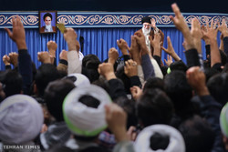 Thousands of students meet with Ayatollah Khamenei