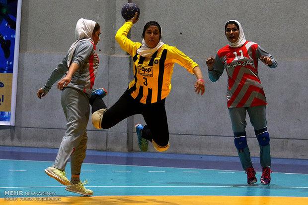 """لقاء فريقي """"اصفهان"""" و""""بلدية شاهين شهر"""" لكرة اليد النسائية"""