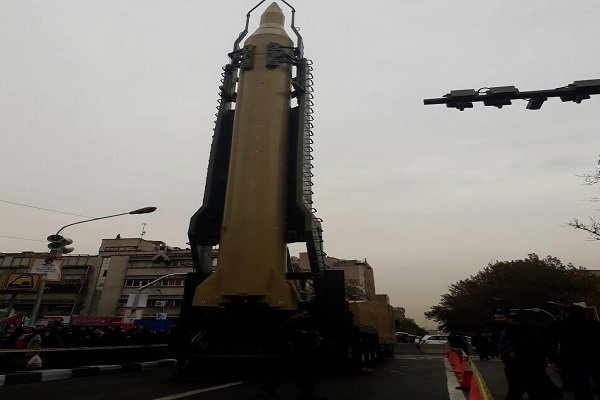الحرس الثوري يستعرض صاروخا باليستيا أمام سفارة واشنطن السابقة بطهران