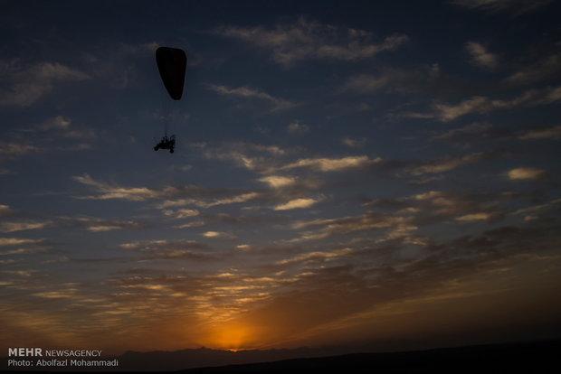 Yezd kentinde yamaç paraşütü festivali