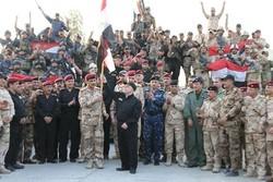 ورود حیدر العبادی به مرزهای القائم/ پرچم عراق به اهتزاز درآمد
