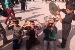 پذیرایی کودکان عراقی از زائران اربعین
