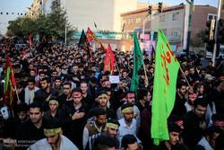 حشود من الطلبة المعزين يتجهون نحو حسينية الامام الخميني (ره)