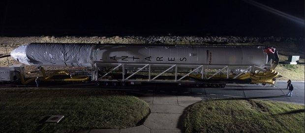 مشاهد من الإجراءات تحضيرية لإطلاق صاروخ انتارس