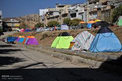 نمایندگان فرماندار در محلات قصرشیرین  حواله چادر توزیع میکنند