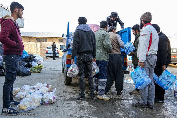 توزیع کمک های مردمی در میان روستاهای زلزله زده کرمانشاه
