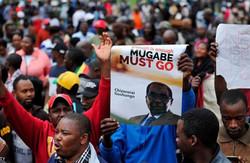 """الآلاف في شوارع زيمبابوي ابتهاجا بـ""""سقوط موغابي"""" المتوقع"""