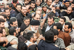 قائد الثورة الاسلامية يتفقد المناطق المنكوبة جراء الزلزال -2 / صور
