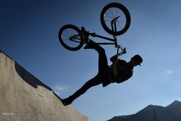 İranlı bisikletçilerden büyüleyici performans