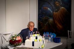 داریوش اسدزاده شمعهای تولدش را فوت کرد/ مردی از جنس تهران