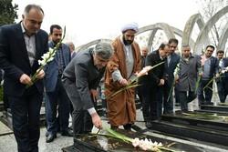 استاندار گیلان به مقام شامخ شهدای شهرستان آستارا ادای احترام کرد