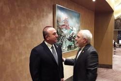 ظريف يلتقي بنظيره التركي في باكو