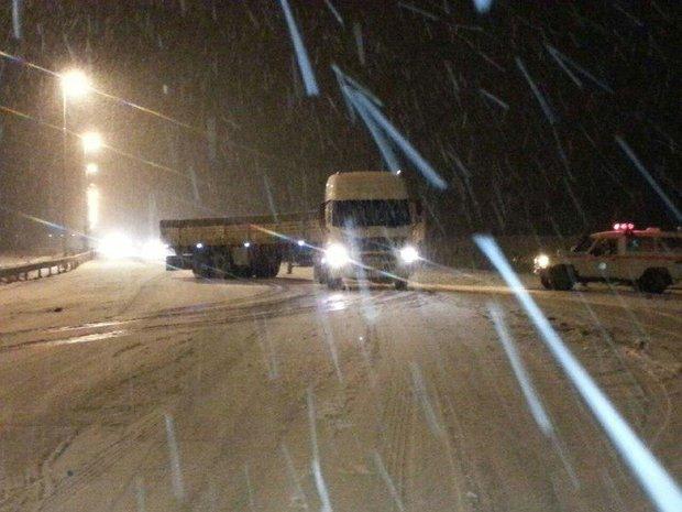 امداد رسانی به صدها مسافر گرفتار در کولاک برف گردنه اسدآباد