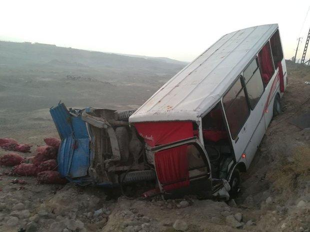 مصدومیت ۲۲ کارگر در تصادف مینی بوس با نیسان در جاده آذرشهر - تبریز