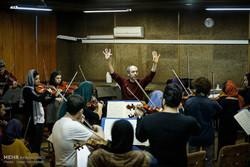 Italian maestro Damiano Giuranna conducts a rehearsal by the World Youth Orchestra and the Tehran Symphony Orchestra at Tehran's Vahdat Hall on December 5, 2017. (Mehr/Iman Hamikhah)