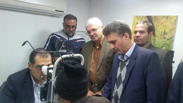 معاینه بیماران روستای کرات توسط وزیر بهداشت