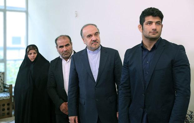 Leader receives Iranian hero athlete Alireza Karimi