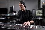 نوازنده معلول با دست مصنوعی پیانو می زند