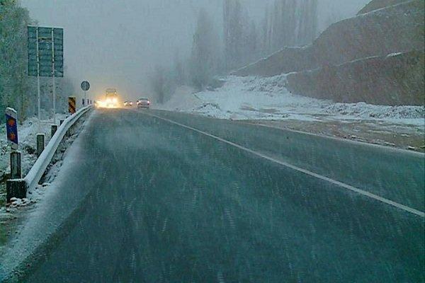 محورهای خراسان شمالی لغزنده است/ بارش برف در گردنهها