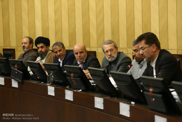 Parliament's Economic Commission holds session with Larijani