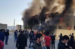 متظاهرون يحرقون مقرا لحزب البارزاني في قضاء كوية باربيل