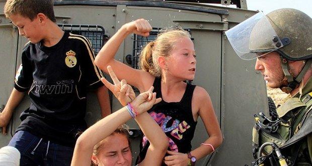 عهد التميمي شجاعة من فلسطين يعتقلها أرانب العدو ليلاً /فيديو