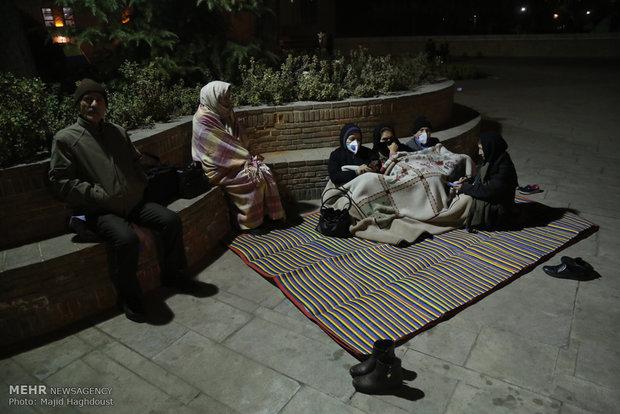 خروج سكان طهران الى الشوارع اثر زلزال بقوة 5.2 درجات