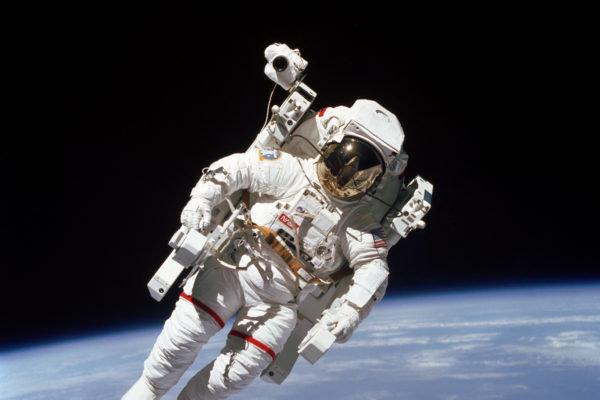 عكس فضانورد ايستگاه فضايي بين المللي در روز جهاني سلفي