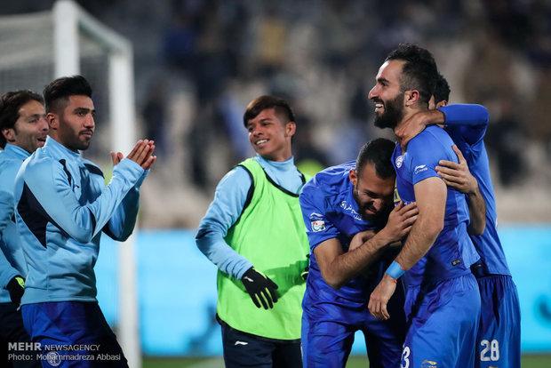 دیدار تیم های فوتبال استقلال تهران و صنعت نفت آبادان