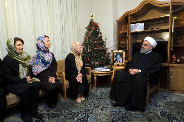روحاني يزور عددا من البيوت المسيحية مهنئاً إياها بعيد الميلاد