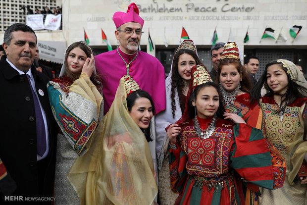 الفلسطينيون يحتفلون بولادة المسيح (ع) رغم تأزم الأوضاع