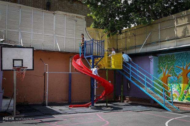 مدارس باید حتما از تشک نرم در زیر وسایل بازی مثل  سرسره ، الاکلنگ، تاب و ... استفاده کنند.
