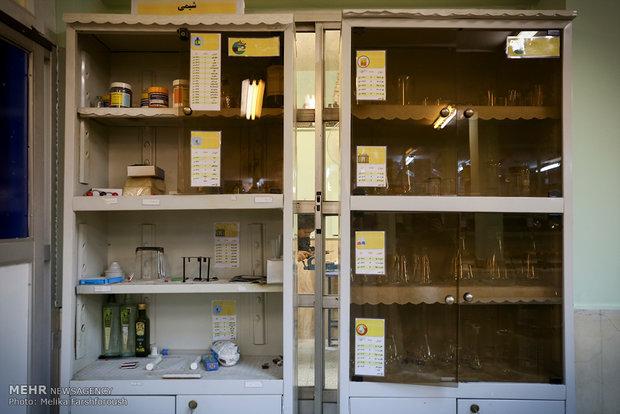 مواد آزمایشگاهی باید درپوش و ظرف ایمن داشته باشند و در قفسه های محفوظ نگهداری شوند.
