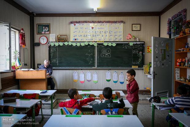 درب کلاس به سمت بیرون باز شود تا در صورت هجوم دانش آموزان مانعی در برابرشان نباشد، همچنین جزئیات مربوط به در چند وقت یکبار چک شود تا در صورت لزوم اقداماتی نظیر تعویض دستگیره، روغن کاری و .... انجام شود.