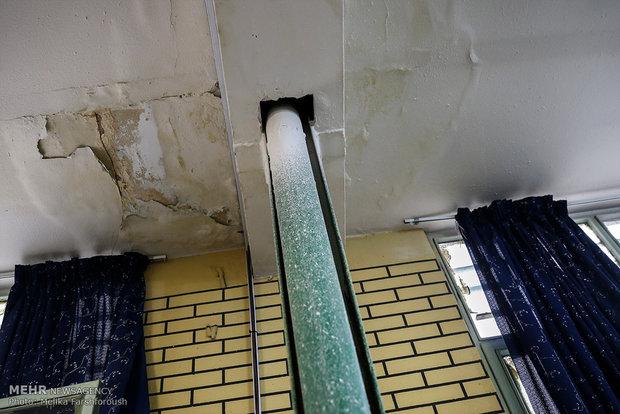 ترک یا نم داشتن سقف و دیوار از خطراتی ست که هر لحظه احتمال ریزش را به همراه دارد.