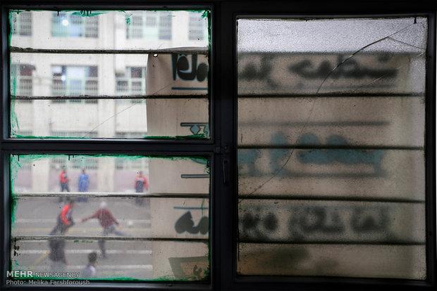 شیشه های ترک خورده می تواند بسیار خطرآفرین باشد. همه شیشه ها باید نرده فلزی با قابلیت باز شدن برای مواقع لزوم داشته باشند.
